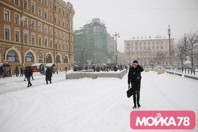 Пока в Петербурге растут сугробы, к городу приближается штормовой ветер