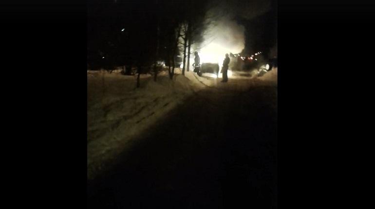 Загоревшийся автомобиль повредил припаркованные поблизости. Фото: скриншот