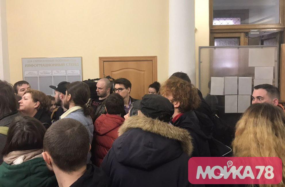 Журналисты и слушатели ожидают начала заседания по делу