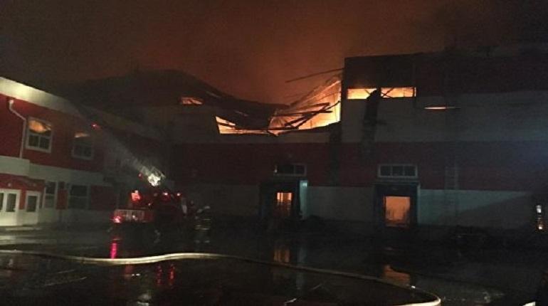 Под Воронежом более 100 человек тушат пожар в центре «Магнита»