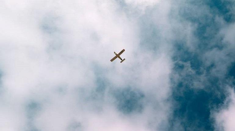 Летевший к границе РФ самолет принудительно посадили под Псковом
