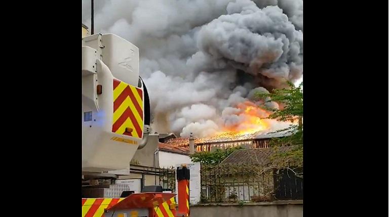 Появилось видео сильного пожара в Версале
