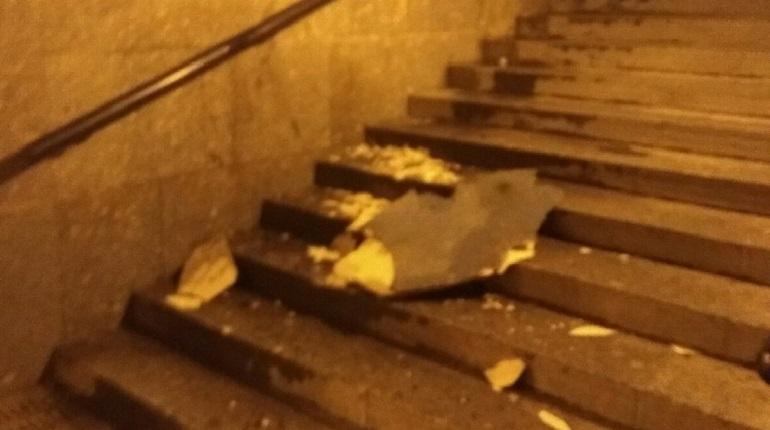 Обрушить потолок в переходе на Митрофаньевском могли вандалы
