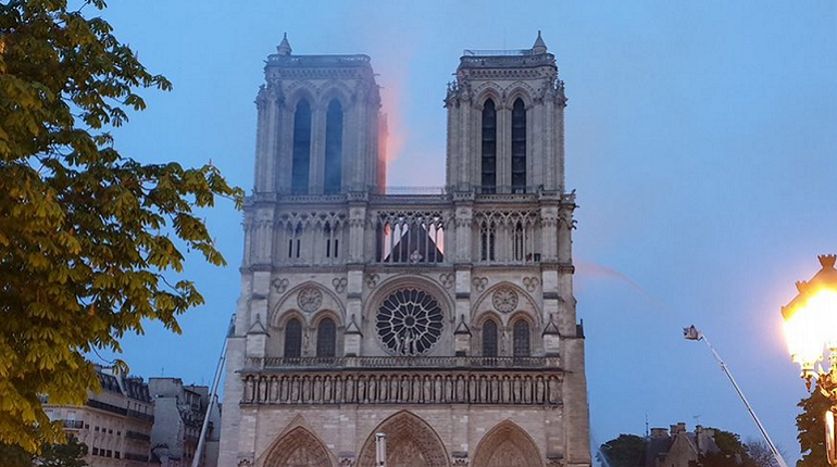 Пожар перекинулся на левую башню собора. Фото: скришот