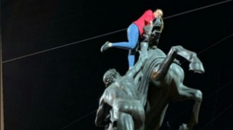 Петербуржцев возмутили девушки, оседлавшие коня на Аничковом мосту