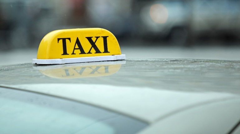 Пассажир с ножом отобрал мобильник у таксиста в Металлострое