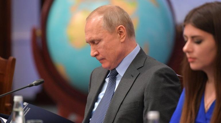 Владимир Путин расписался на глобусе Русского географического общества