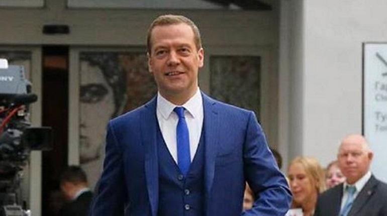 Медведев поздравил соотечественников с Днем России