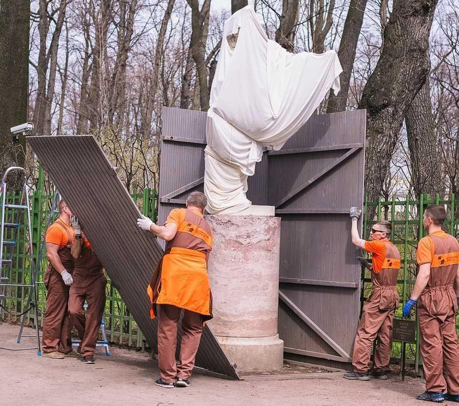 Скульптуры Летнего сада выбрались из футляров