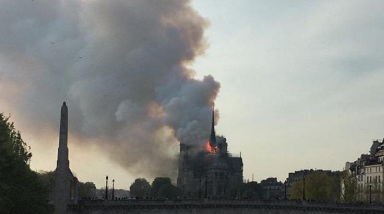В Париже горит собор. Фото: Instagram