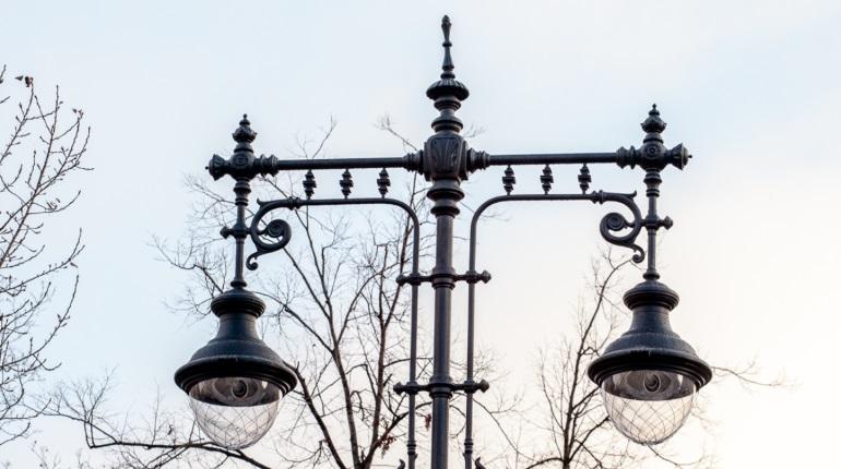 В «Ленсвете» объяснили,  по каким причинам освещение может заработать днем