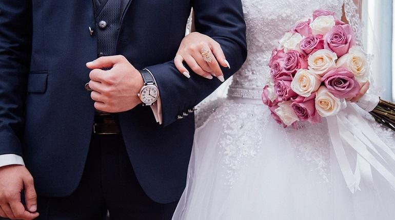 Петербуржцы сутки стоят у ЗАГСа, чтобы выбрать желаемую дату свадьбы