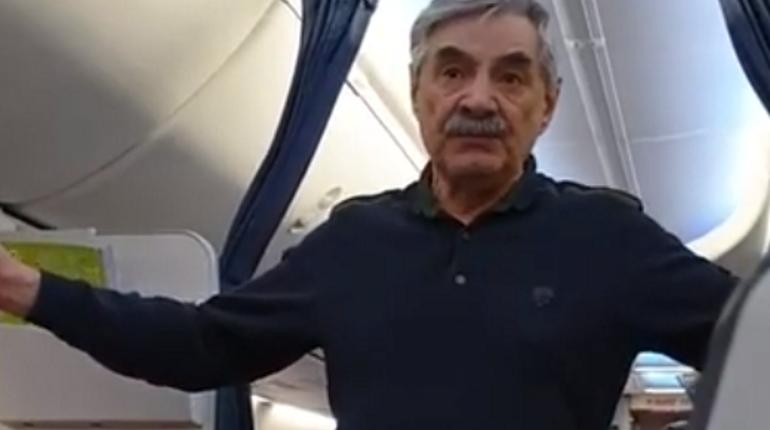 Панкратов-Черный на борту самолета. Кадр видео