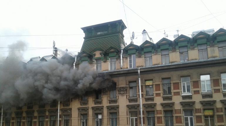 В центре Петербурга горит дом Брискорна