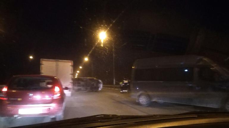 «Газель» легла на бок в аварии на Мурманском шоссе