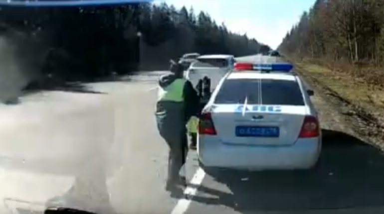 Летящий по Киевскому шоссе Lexus сбил инспектора ГИБДД и попал на видео
