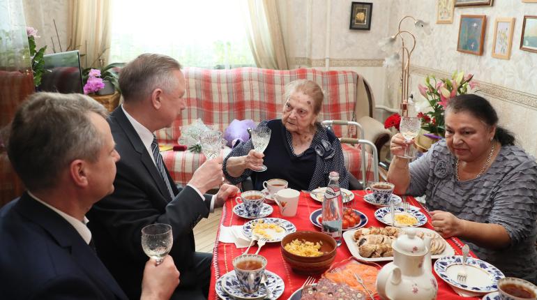 Беглов поздравил со 100-летием регулировщицу Дороги жизни