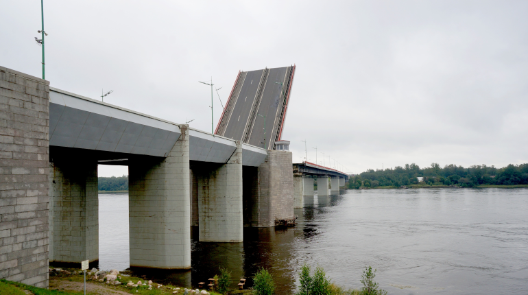 На Ладожском мосту перекроют еще одну полосу