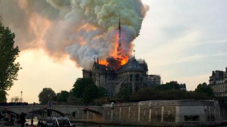Горящий собор Парижской Богоматери. Фото: соцети
