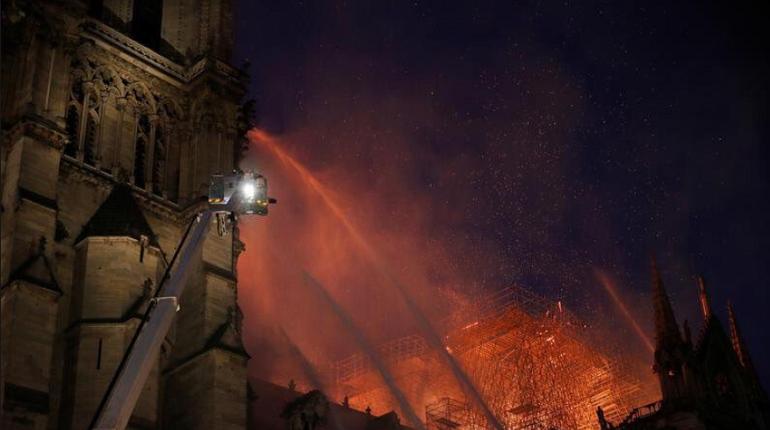 Макрон: собор Парижской Богоматери восстановят после пожара