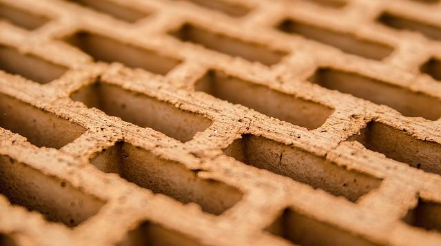 В Тихвине сантехника задавило упавшей стеной