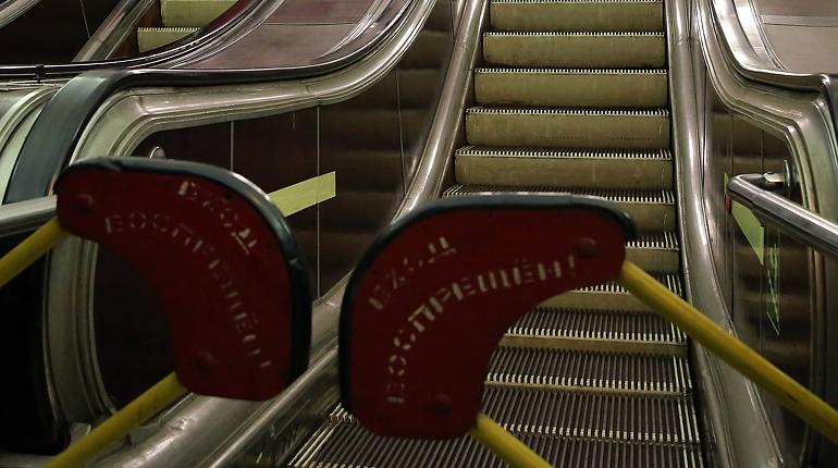 Эскалатор на «Васильевском острове» зажевал тележку: пассажиры поднимаются пешком