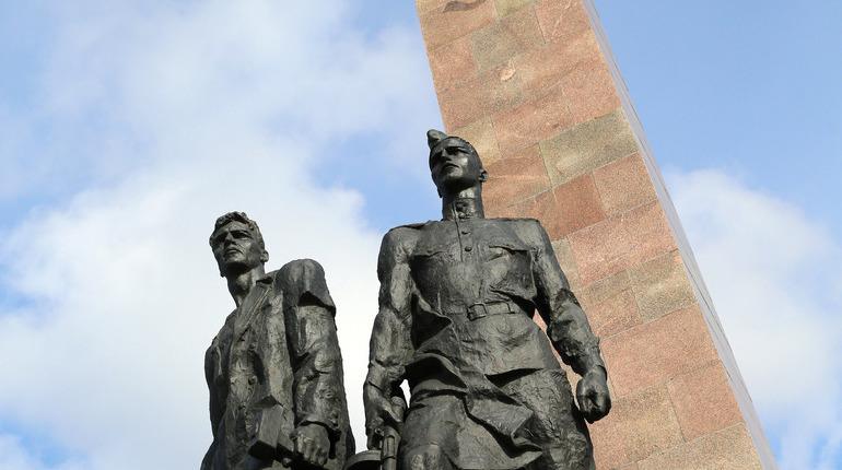 В Петербурге возложили цветы к Монументугероическим защитникам Ленинграда