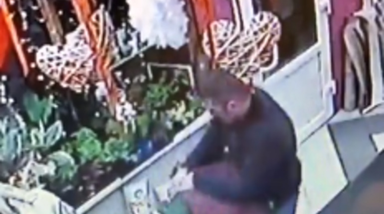 Неизвестный ударил по голове камнем сотрудника магазина на Купчинской. Фото: скриншот видео vk.com/spb_today