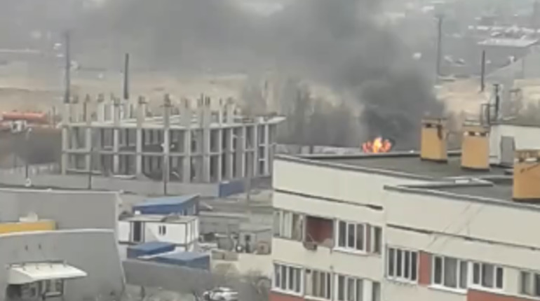 В Красносельском районе горит стройплощадка