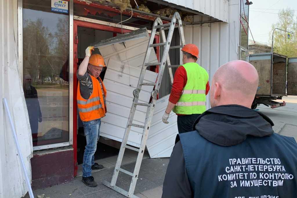 На севере Петербурга снесли три торговых павильона