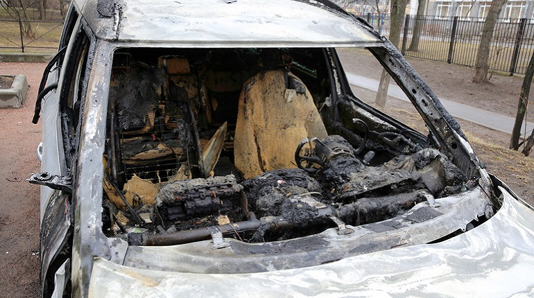 Полторы машины сгорели ночью на юго-западе Петербурга