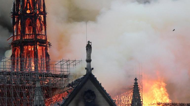 Собор парижской Богоматери в огне. Фото: Twitter