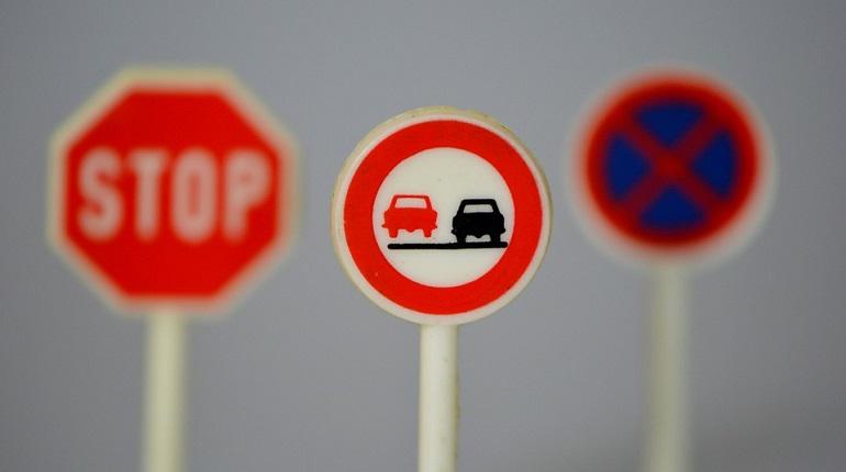Пьяные в Киришах решили избавить водителей от дорожных знаков