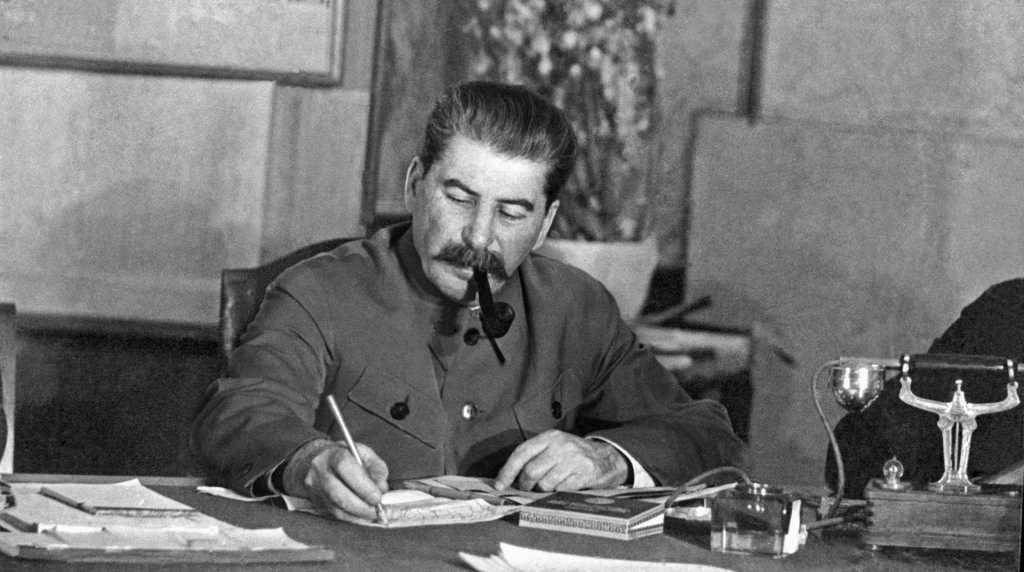 В РПЦ призвали не приписывать Сталину победу в ВОВ