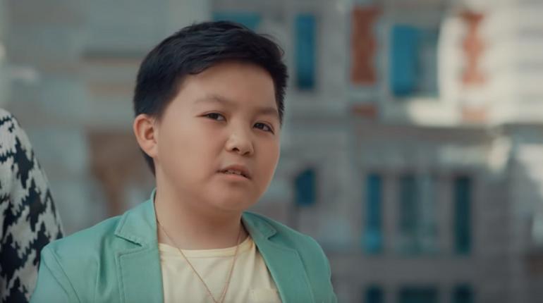 Финалист «Голос. Дети» Ержан Максим высмеял финал шоу в рекламе