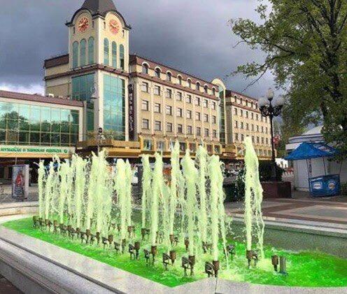 Калининградский фонтан «выпил» антифриза и позеленел