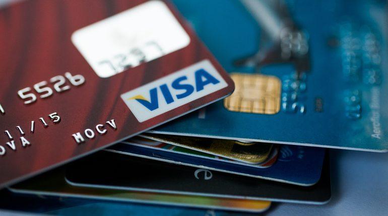 Выпуск банковских карт в России может стать платным