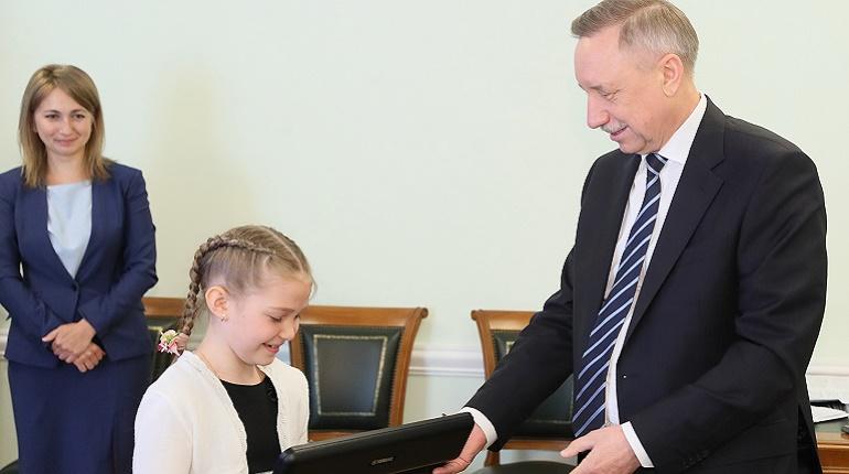Беглов подарил флейту 9-летней петербурженке