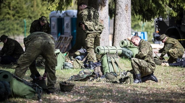 Солдат НАТО с гранатометом залез на памятник советским воинам