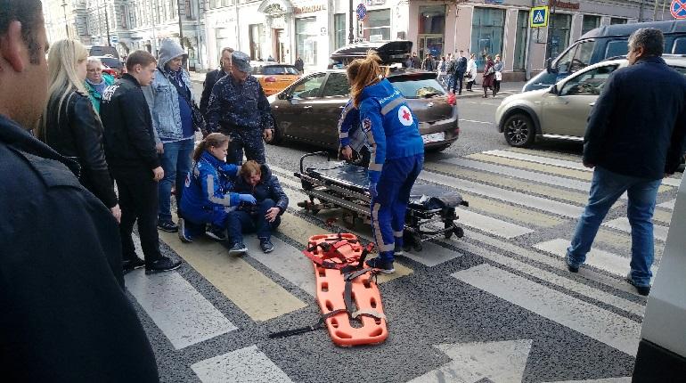 Мотоциклист сбил женщину на «зебре» на Невском