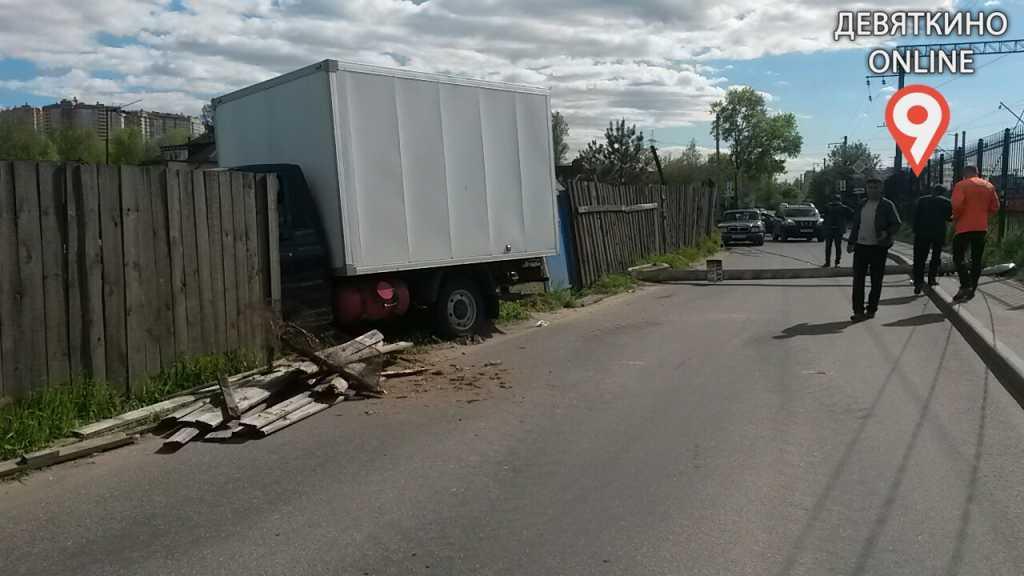 Сбитая опора ЛЭП перекрыла движение в Девяткино