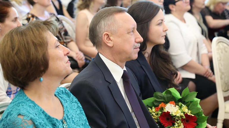 Беглов поручил увеличить учителям надбавку за классное руководство