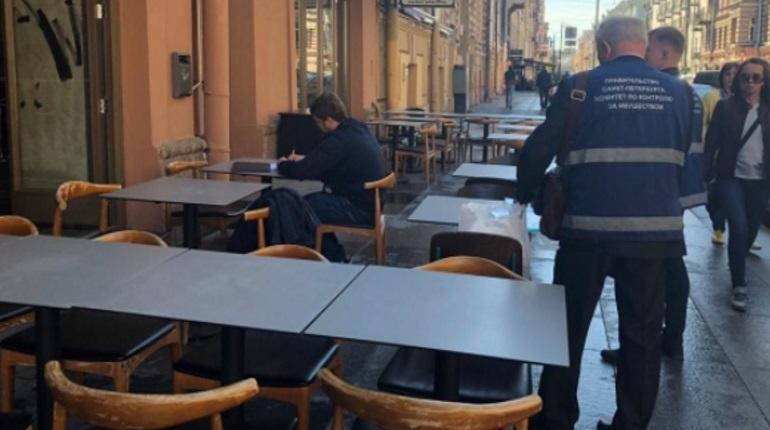 В Петербурге у владельцев летних кафе отобрали столы и стулья
