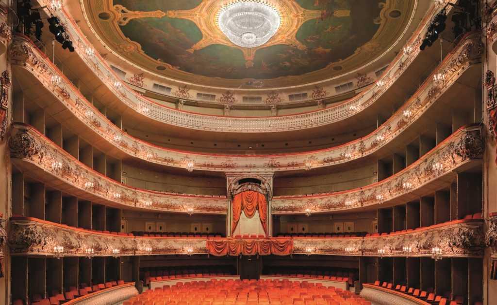 Театрам Петербурга разрешили заполняться наполовину