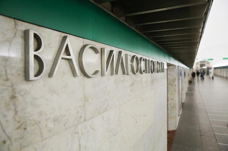 На станции «Василеостровская» пьяного мужчину зажало эскалатором
