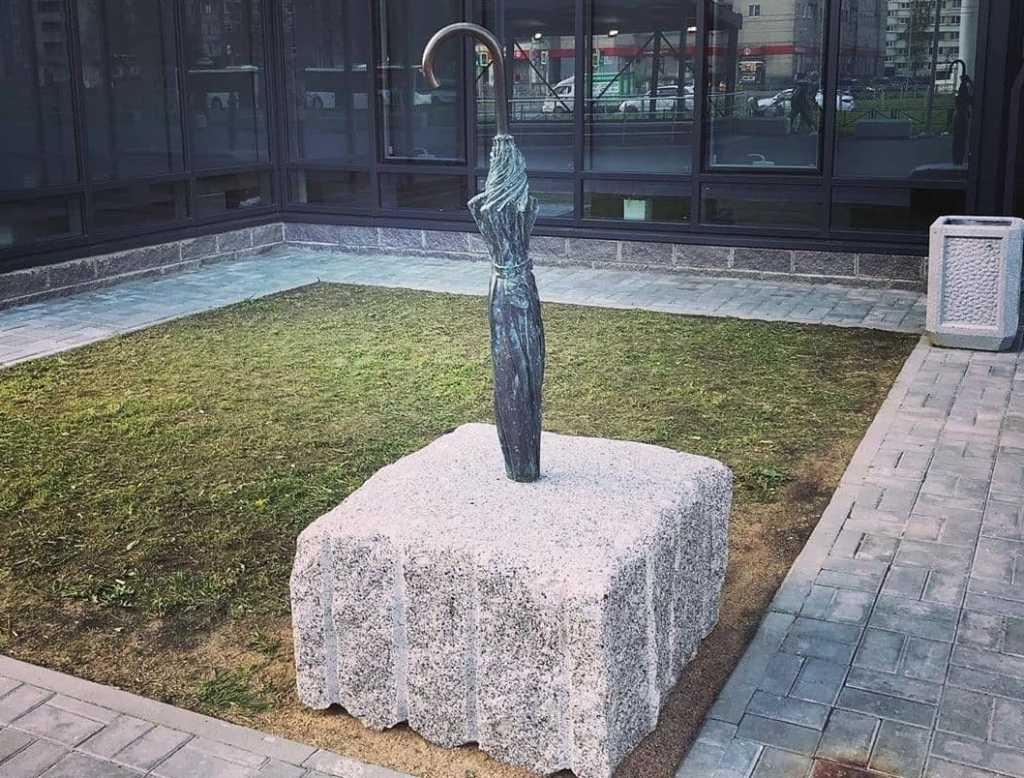 Памятник зонту установили на Богатырском проспекте в Петербурге
