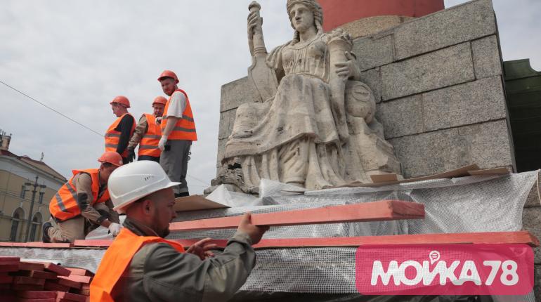 Скульптуры на Ростральных колоннах закрывают лесами на лето