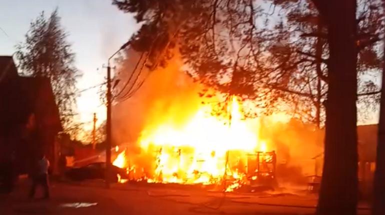 Дом и три машины сгорели на базе отдыха в Приозерском районе