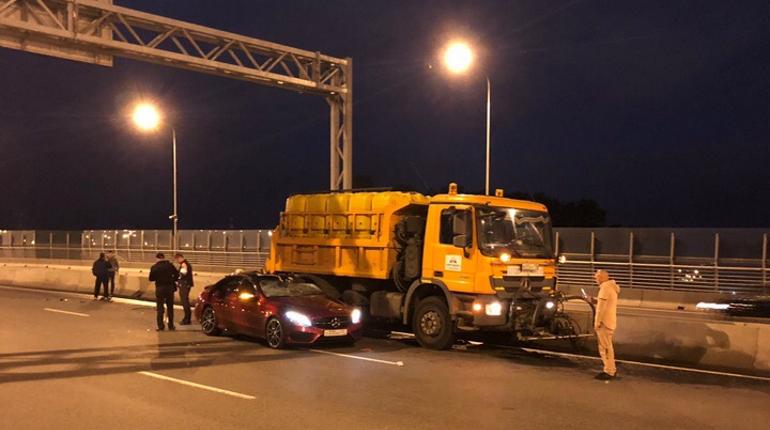 Двое пострадали в аварии с поливальной машиной на мосту Бетанкура