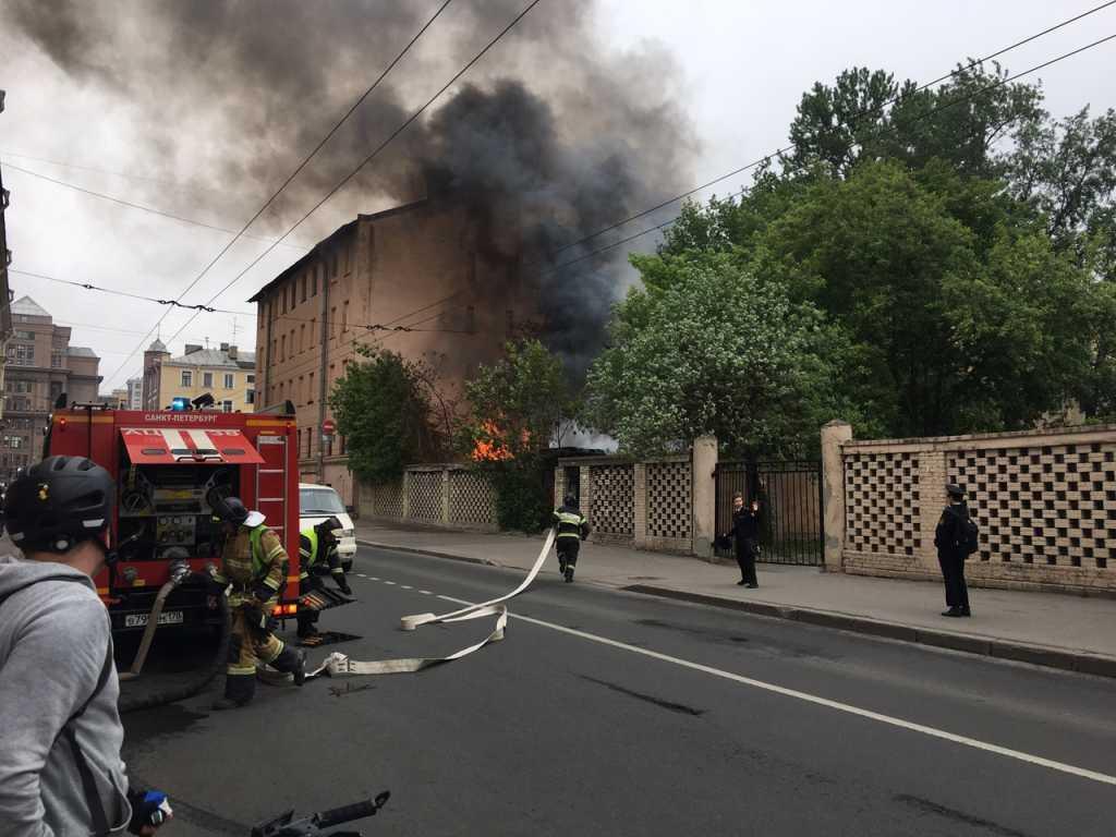 Пожарные тушат заброшку у «Электросилы»